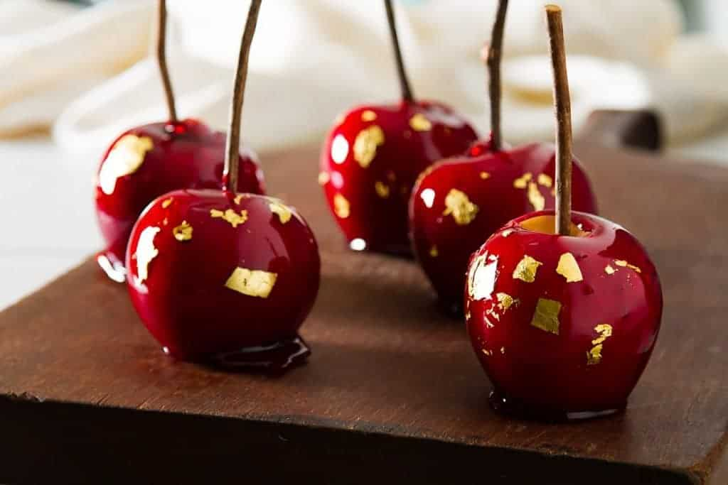 Cinnamon Candy Apples - These vintage-inspired cinnamon candy apples are the perfect Fall treat! #retrorecipe